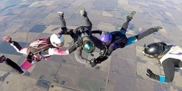 Экстремалы набили татуировку во время прыжка с парашютом (ВИДЕО