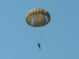 На Кубани после учебного прыжка с парашютом пропали три десантника