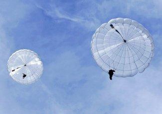 Сербии совершили контрольные прыжки с парашютом Д-10 в Рязанской