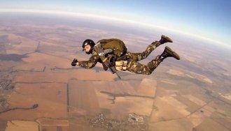 Военные испытатели выполняют парашютные прыжки с новыми образцами